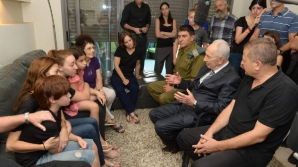 Shimon Peres consoles an Israeli family that lost a son in the current Gaza war