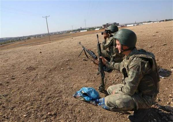 Turkish soldiers take up positions facing the besieged Syrian town of Kobani