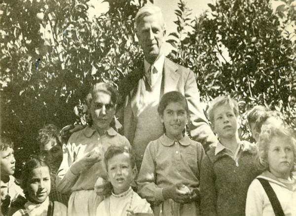 James McDonald among Israeli children
